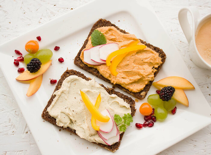 Vollkorn-Brot auf Frühstücksteller