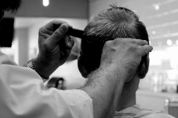 Haare schneiden lassen beim Frisör